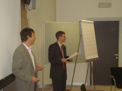 Lukas Kiesswetter, coordinatore del corso, e Rainer Steger, vicedirettore della Cassa Rurale di Bolzano, in un momento della consegna degli attestati di partecipazione