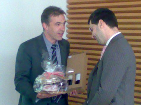 Il docente Ivan Fogliata riceve un dono dai partecipanti
