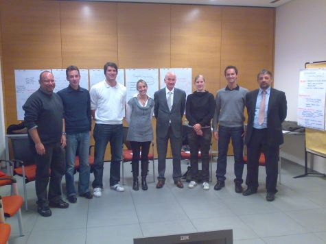 I partecipanti al corso con i docenti Chris Brandstätter e Luciano Fiori. Al centro il direttore della Cassa Raiffeisen di Lagundo Eduard Enrich