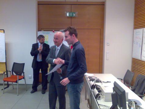 Andreas Ladurner, della Cassa Raiffeisen di Lagundo, ritira il diploma di partecipazione