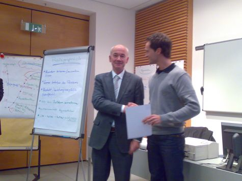 Andreas Pichler, della Cassa Raiffeisen di Lagundo, ritira il diploma di partecipazione