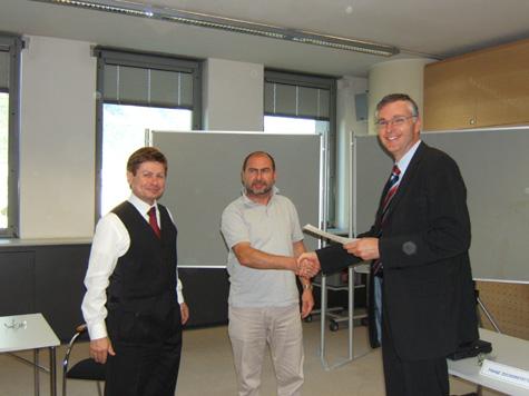 Franz Zuckerstätter, Norbert Demanega, che riceve l´attestato di partecipazione da Manfred Huber, Direttore della Cassa Riffeisen di Salorno