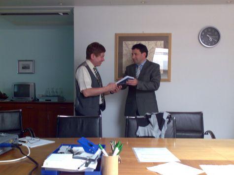 Il vicedirettore della banca, Thomas Pinggera, ringrazia Franz Zuckerstätter per l´ottimo lavoro