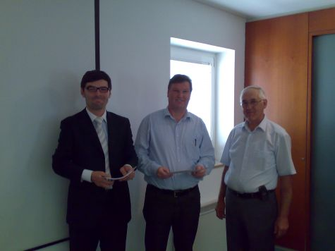 Erich Mayr riceve il diploma dal presidente Werner Pardatscher, a seguire tutti i partecipanti ...