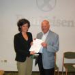 Larissa Thaler riceve l´attestato di partecipazione da Heinrich Eisendle, Presidente del Collegio Sindacale