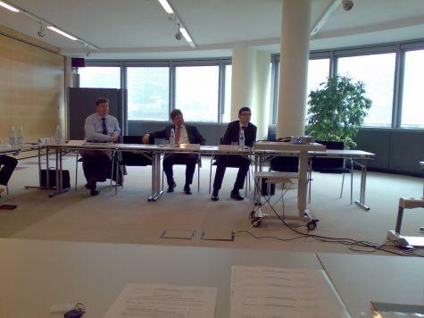 Erich Mayr, della Cassa Raiffeisen di Salorno, accanto ai relatori Franz Zuckerstätter e Ivan Fogliata