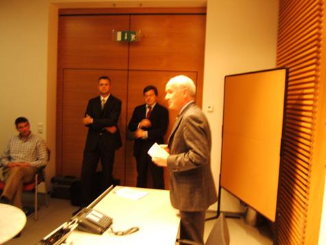 Il Direttore della Cassa Raiffeisen di Lagundo, Eduard Enrich, in un momento del suo intervento alla fine del corso. Sullo sfondo Martin Albenberger ed Erich Innerbichler
