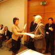 Monika Leiter, della Cassa Raiffeisen di Lagundo, riceve l´attestato dal Direttore Enrich