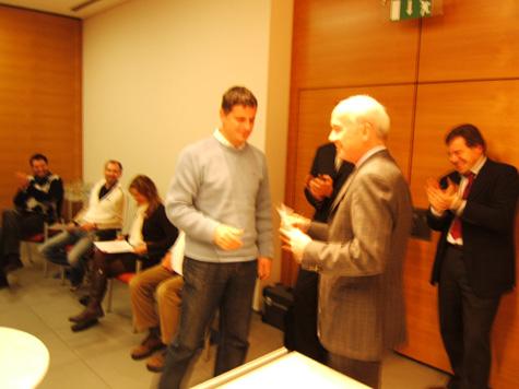 Bruno Untertrifaller, della Cassa Rurale di Bolzano, riceve l´attestato da Eduard Enrich