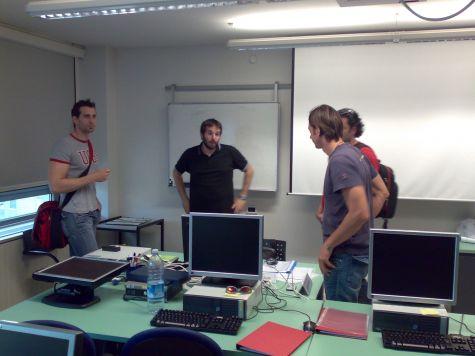 Terminato il corso il docente, in procinto di lasciarci, è circondato dai partecipanti...