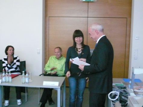 Il direttore della Cassa Raiffeisen di Lagundo Eduard Enrich consegna l´attestato di partecipazione a Elisabeth Mair